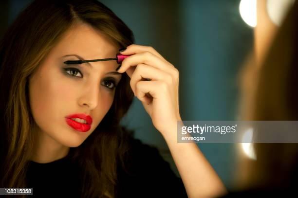 Actrice applique maquillage en coulisses