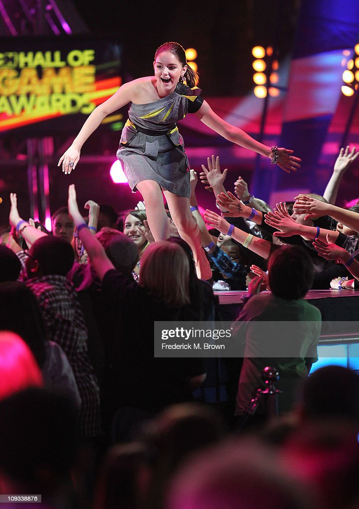 Actress Ariel Winter greet the audience during the First Annual Cartoon Network's 'Hall of Game' award show at the Barker Hanger on February 21, 2011 in Santa Monica, California.