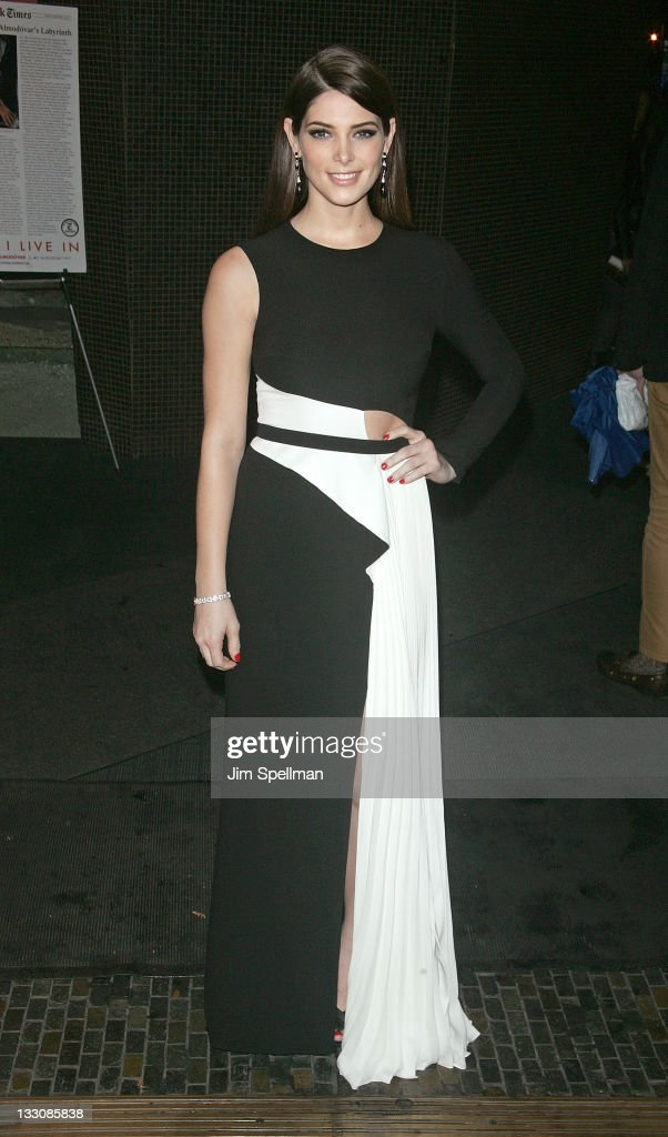"The Cinema Society & DKNY Host A Screening Of ""The Twilight Saga: Breaking Dawn - Part 1"" - Outside Arrivals"