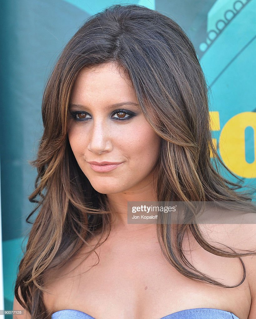 Actress Ashley Tisdale arrives at the Teen Choice Awards 2009 held at the Gibson Amphitheatre on August 9, 2009 in Universal City, California.