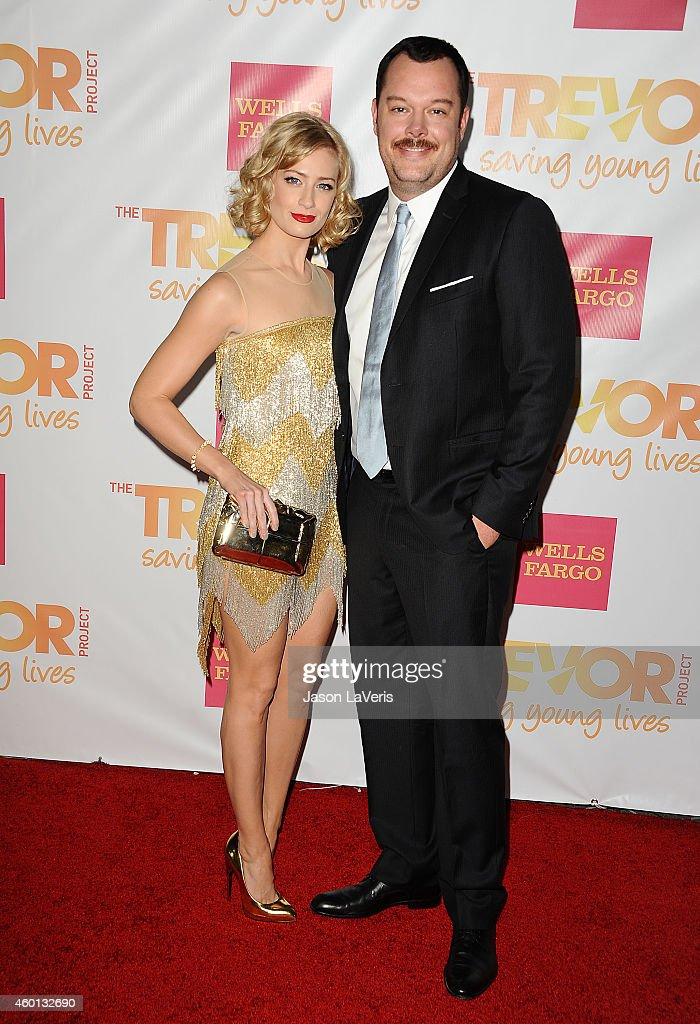 Beth Behrs Calendario.Actress Beth Behrs And Actor Michael Gladis Attend