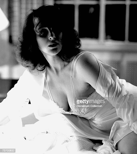 Actress Bonnie Bedelia poses for a photo shoot in 1989 in her hotel room in Los Angeles California