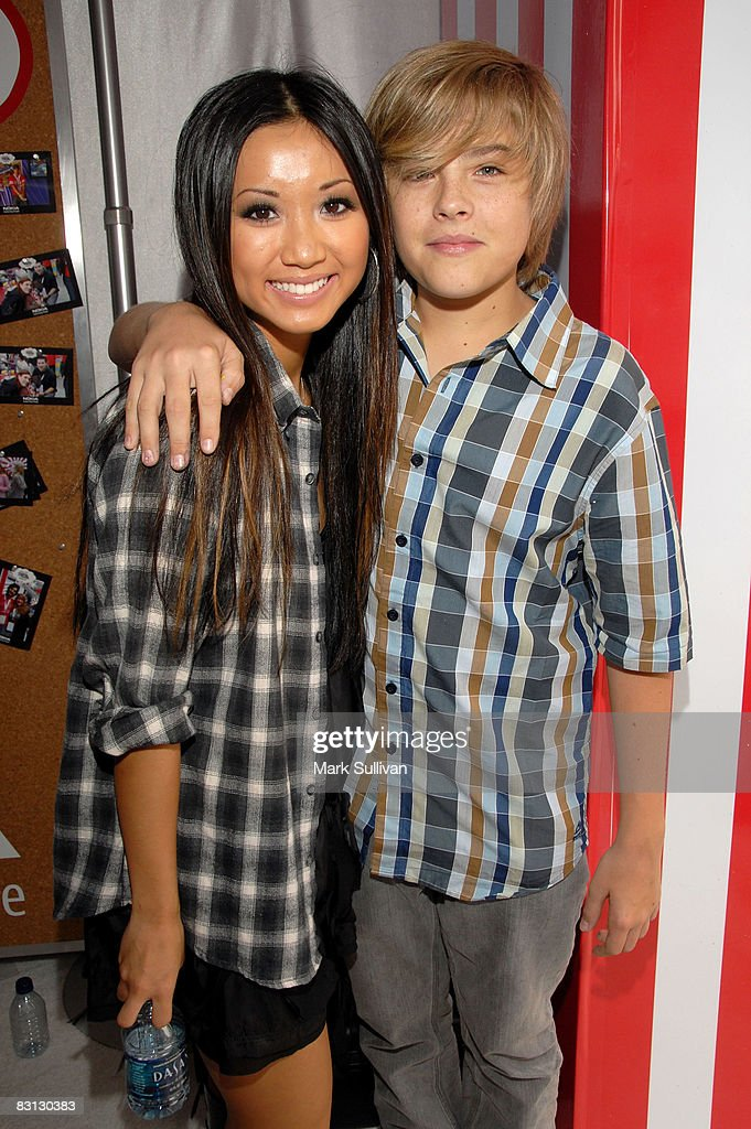 ¿Cuánto mide Brenda Song? - Real height Actress-brenda-song-and-actor-dylan-sprouse-attend-target-presents-picture-id83130383