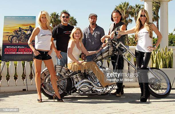 Actress Brittney Shelstad actor Vince Morella actress Sheree Wilson actors Thomas Blankenship and Phil Pitzer and actress Jodie Fisher pose on a...