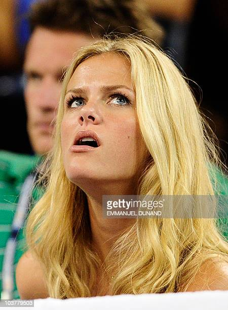US actress Brooklyn Decker watches her husband tennis player Andy Roddick returns a point to Serbia's Janko Tipsarevic during their second round...