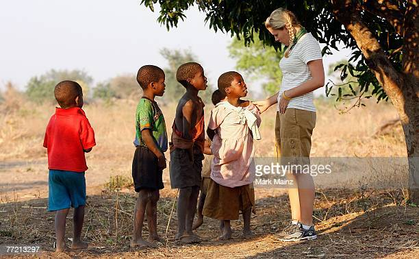 Actress Busy Philipps interacts with children from the Ligwangwa village October 3 2007 in Ligwangwa Malawi In an effort to spread hope education...