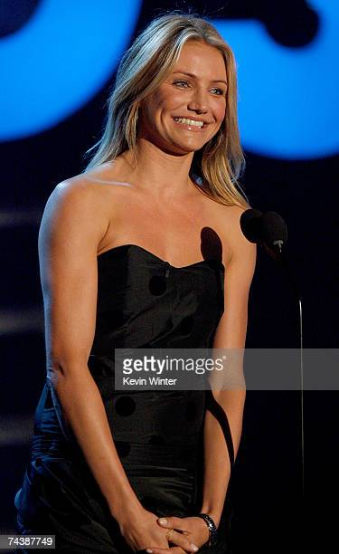 Actress Cameron Diaz pays tribute to Mike Myers onstage during the 2007 MTV Movie Awards held at the Gibson Amphitheatre on June 3 2007 in Universal...