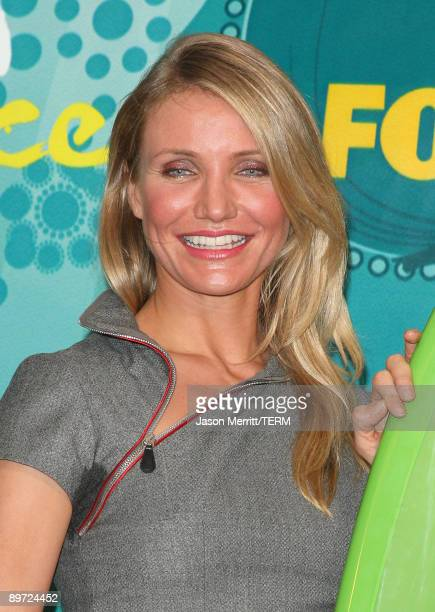 Actress Cameron Diaz poses with Choice Summer Movie award for 'My Sister's Keeper' in press room during the 2009 Teen Choice Awards held at Gibson...