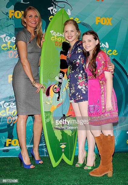 Actress Cameron Diaz Sofia Vassilieva and Abigail Breslin pose with Choice Summer Movie award for 'My Sister's Keeper' in press room during the 2009...