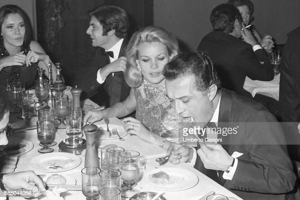 Actress Carroll Baker and Enrico Mantello eating at the restaurant 'Saint Andrews'