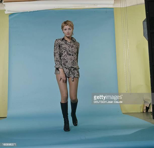 Actress Catherine Jourdan, On The Occasion Of Film 'L'eden Et Apres' By Alain Robbe-grillet. En avril 1970, sur fond bleu, portrait en studio de...