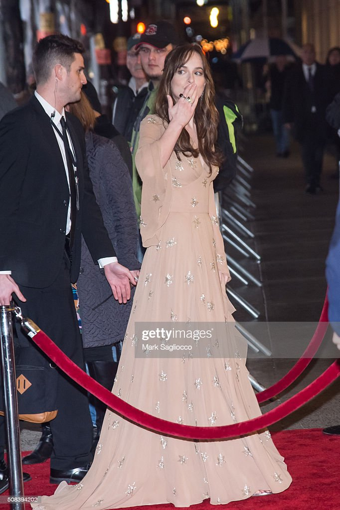 Photos et images de actress dakota johnson attends the how to be single new york premiere at the ccuart Choice Image