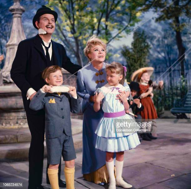 Actress Davd Tomlinson Glynis Johns Matthew Garber Karen Dotrice in a scene from the movie Mary Poppins
