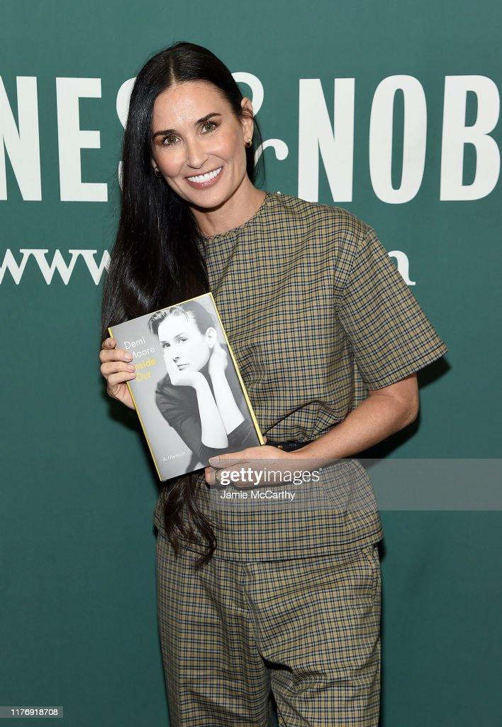 "Actress Demi Moore Signs Copies Of Her Memoir ""Inside Out"" : Nachrichtenfoto"