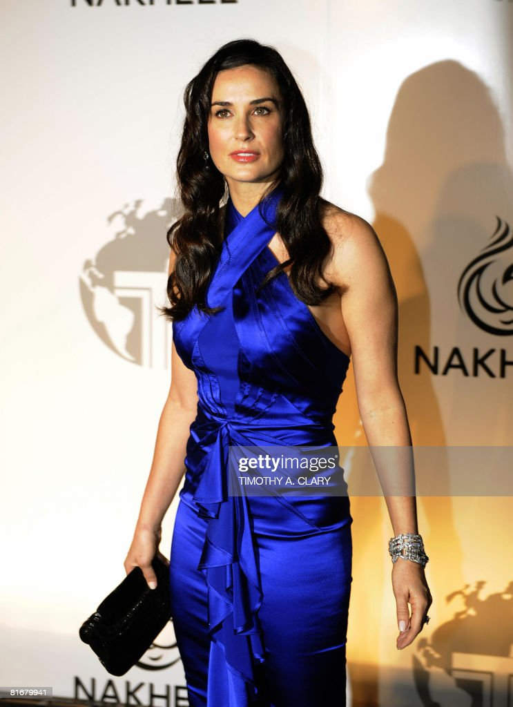 Actress Demi Moore waves as she arrives at a party at the Park Avenue Plaza in New York June 23, 2008 to introduce the Trump International Hotel & Tower Dubai .
