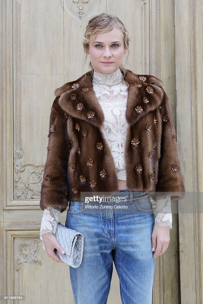 Valentino  : Outside Photocall - Paris Fashion Week Womenswear Spring/Summer 2017