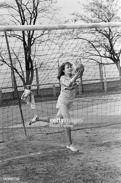 Actress Dominique Laffin Plays Soccer Le 23 mars 1983 l'actrice Dominique LAFFIN en short et basquettes gardien de but dans l'équipe de foot des...