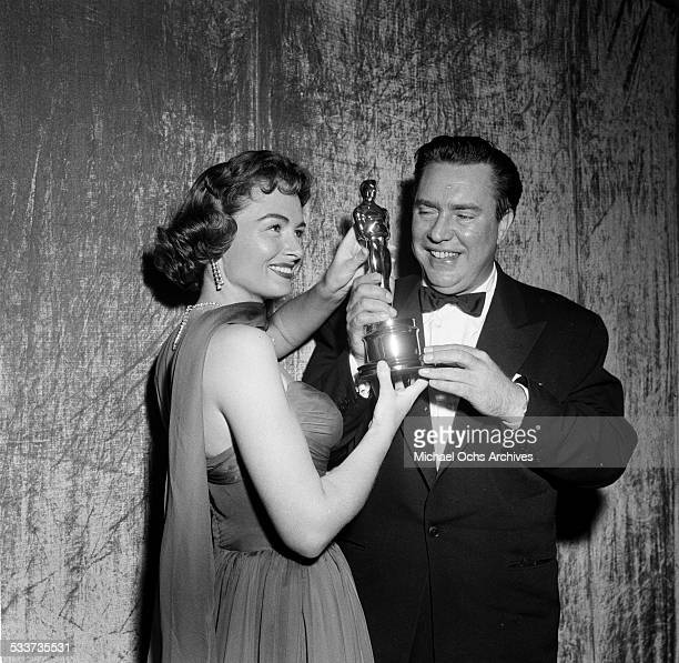 "Actress Donna Reed with actor Edmond O'Brien and his Oscar for""The Barefoot Contessa"" during the Academy Awards in Los Angeles,CA."