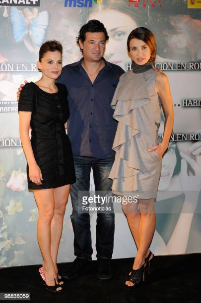 Actress Elena Anaya director Julio Medem and actress Natasha Yarovenko attend 'Habitacion en Roma' photocall at Ideal Cinema on May 4 2010 in Madrid...