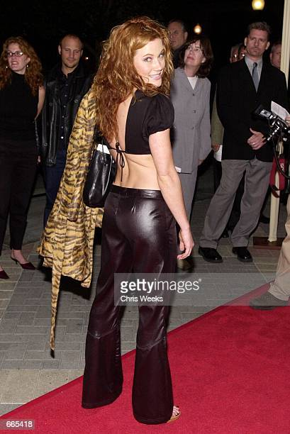 Actress Elisa Donovan poses for photographers while arriving at the premiere of Paramount's 'Ladies Man' October 10 2000 at Paramount Studios in...