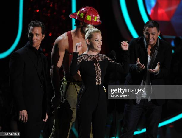 Actress Elizabeth Banks accepts the Best OnScreen Transformation award from actors Matthew McConaughey Joe Manganiello and Channing Tatum onstage...