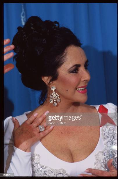 Actress Elizabeth Taylor stands at the 64th annual Academy Awards March 30 1992 in Los Angeles CA The Academy of Motion Picture Arts and Sciences...