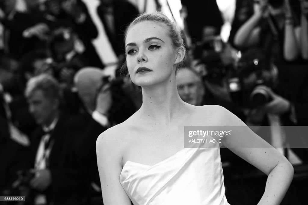 US actress Elle Fanning poses as she arrives on May 17, 2017 for the screening of the film 'Ismael's Ghosts' (Les Fantomes d'Ismael) during the opening ceremony of the 70th edition of the Cannes Film Festival in Cannes, southern France. / AFP PHOTO / Valery HACHE