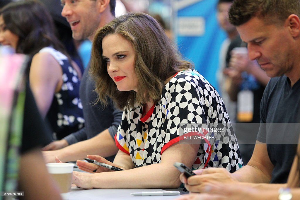 Actress Emily Deschanel, who plays the character Temperance Bone Brennan from the TV series Bones, signs autographs during Comic-Con International 2016 in San Diego, California, July 22, 2016. / AFP / Bill Wechter