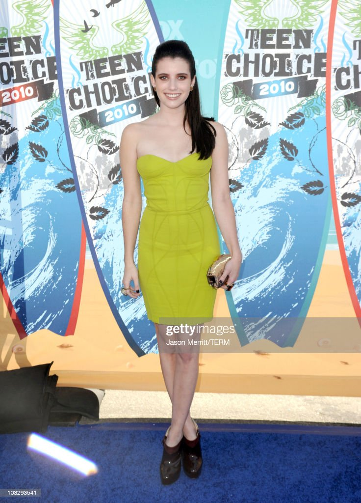 Actress Emma Roberts arrives at the 2010 Teen Choice Awards at Gibson Amphitheatre on August 8, 2010 in Universal City, California.