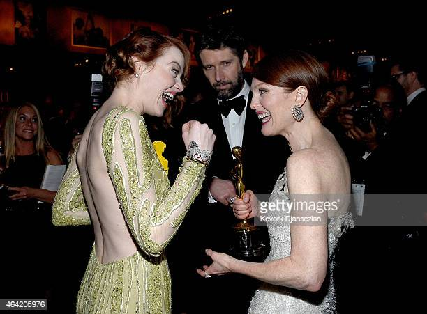 Actress Emma Stone Bart Freundlich and actress Julianne Moore winner of Best Actress in a Leading Role Award for 'Still Alice' attend the 87th Annual...