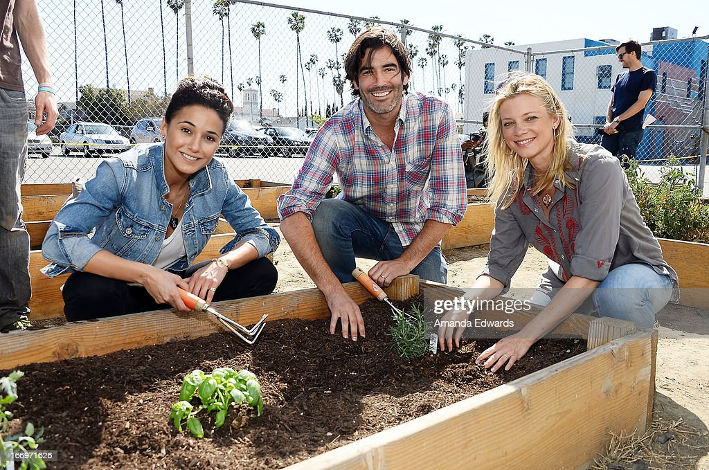 Actress Emmanuelle Chriqui , television personality Carter Oosterhouse and actress Amy Smart celebrate Earth Day with the Environmental Media Association at Cochran Middle School on April 18, 2013 in Los Angeles, California.