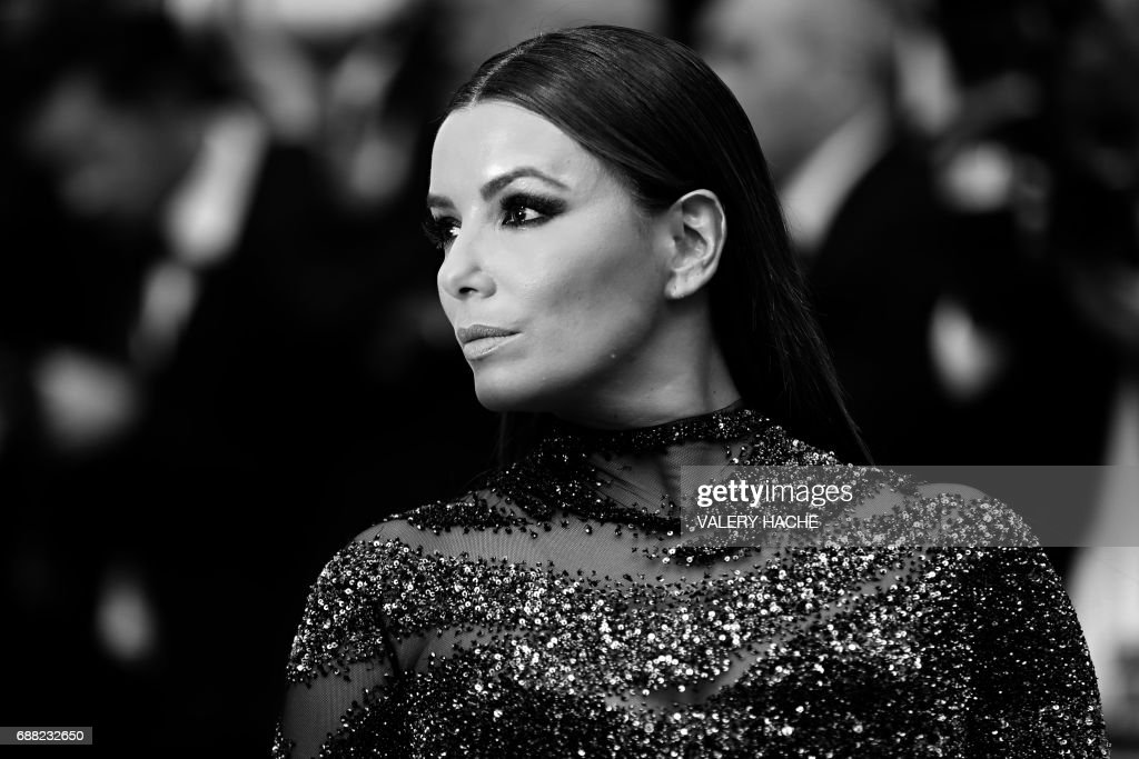 US actress Eva Longoria poses as she arrives on May 23, 2017 for the '70th Anniversary' ceremony of the Cannes Film Festival in Cannes, southern France. / AFP PHOTO / Valery HACHE