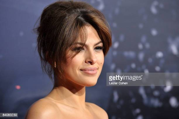 Actress Eva Mendes arrives on the red carpet of the Los Angeles premiere of The Spirit at the Grauman's Chinese Theater on December 17 2008 in...