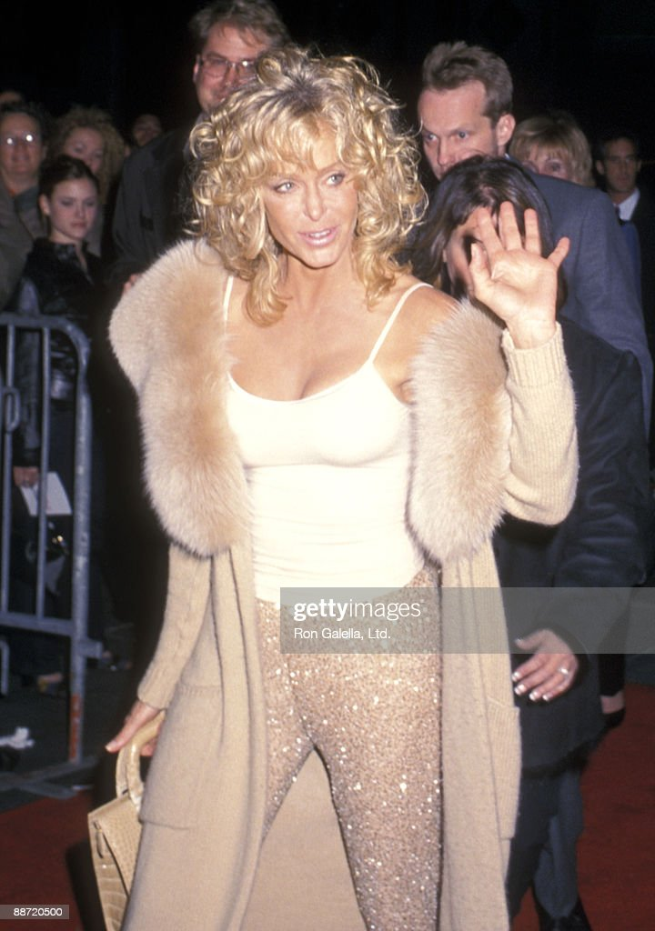 Actress Farrah Fawcett attends the 'Dr. T and the Women' New York City Premiere on at Ziegfeld Theater October 10, 2000 in New York City.
