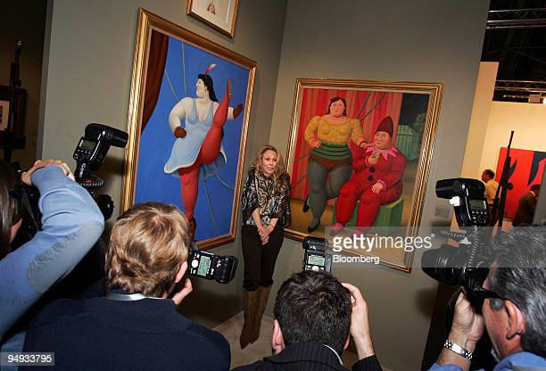 Actress Faye Dunaway center poses for photographers in the Galerie Gmurzynska booth during a preview for Art Basel Miami Beach in Miami Florida US on...
