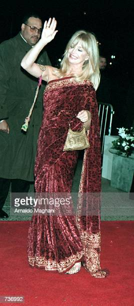 Actress Goldie Hawn arrives at the wedding reception of actors Michael Douglas and Catherine ZetaJones November 18 2000 at the Plaza Hotel in New...