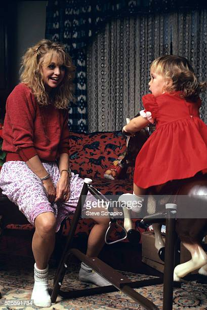 Actress Goldie Hawn with her young daughter Kate Hudson