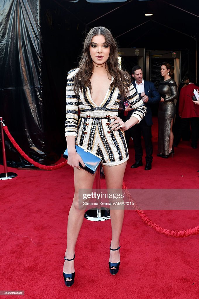 Actress Hailee Steinfeld attends the 2015 American Music Awards at Microsoft Theater on November 22, 2015 in Los Angeles, California.