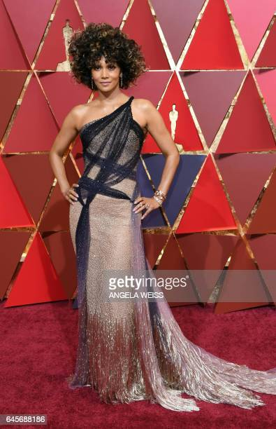 Actress Halle Berry arrives on the red carpet for the 89th Oscars on February 26 2017 in Hollywood California / AFP / ANGELA WEISS