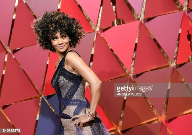 TOPSHOT Actress Halle Berry arrives on the red carpet for the 89th Oscars on February 26 2017 in Hollywood California / AFP / ANGELA WEISS