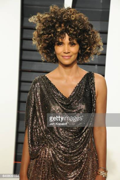 Actress Halle Berry attends the 2017 Vanity Fair Oscar Party hosted by Graydon Carter at Wallis Annenberg Center for the Performing Arts on February...
