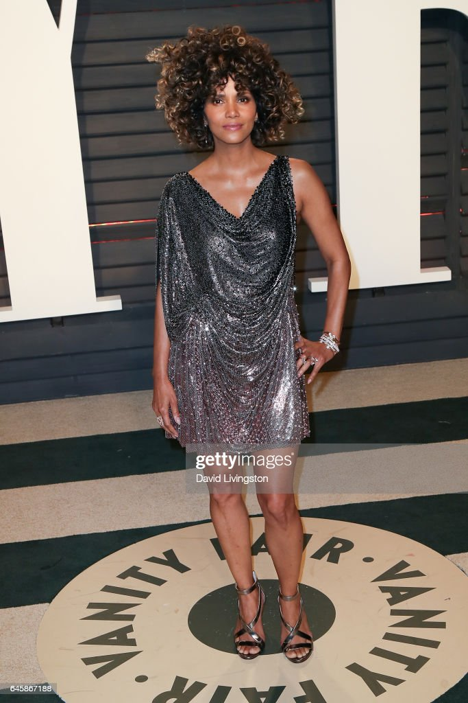 Actress Halle Berry attends the 2017 Vanity Fair Oscar Party hosted by Graydon Carter at the Wallis Annenberg Center for the Performing Arts on February 26, 2017 in Beverly Hills, California.