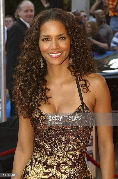 """Actress Halle Berry attends the German premiere of her new film """"Catwoman"""" at the Cinemax August 5, 2004 in Hamburg, Germany."""