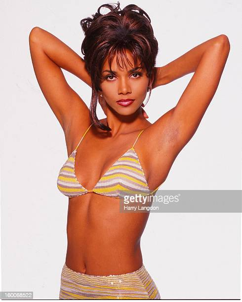 Actress Halle Berry poses for a portrait circa 1998 in Los Angeles California