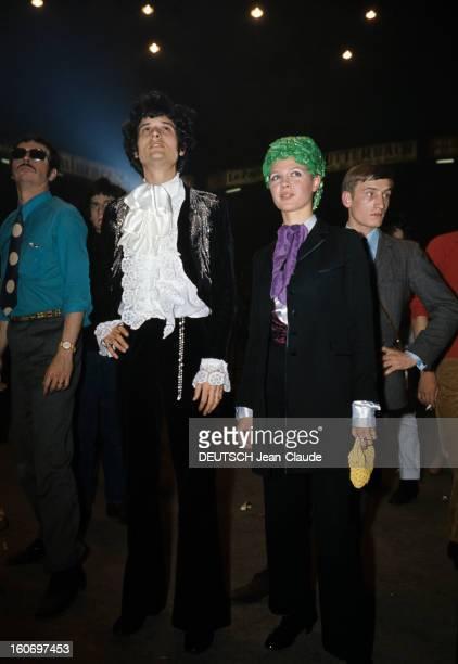 Actress Haydée Politoff Lors d'un concert le 2 juin 1967 l'actrice Haydée POLITOFF portant un costume noir avec une cravate violette et un chapeau...