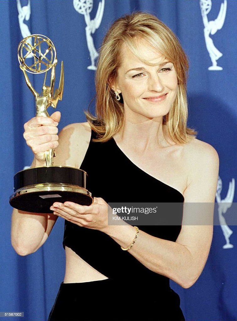 Actress Helen Hunt holds the Emmy she won for outs : Nachrichtenfoto