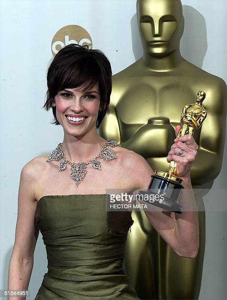 Actress Hilary Swank holds her Oscar for Best Actress for her role in 'Boys Don't Cry' at the 72nd Annual Academy Awards in Los Angeles 26 March 2000...