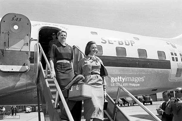 Actress Ingrid Bergman and her daughter Jenny-Ann 18 years old, at the Airport of Le Bourget on July 8 1957 near Paris, France.