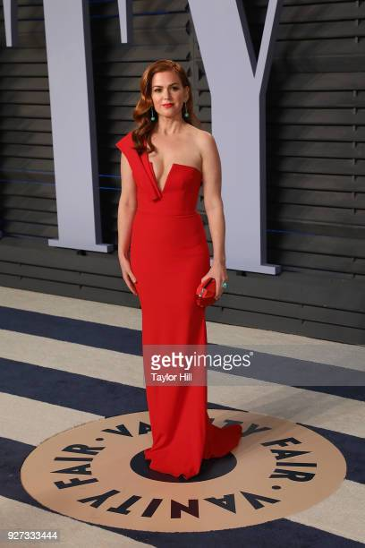 Actress Isla Fisher attends the 2018 Vanity Fair Oscar Party hosted by Radhika Jones at the Wallis Annenberg Center for the Performing Arts on March...