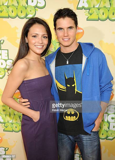Actress Italia Ricci and ctor Robbie Amell arrive at Nickelodeon's 2009 Kids' Choice Awards at UCLA's Pauley Pavilion on March 28 2009 in Westwood...
